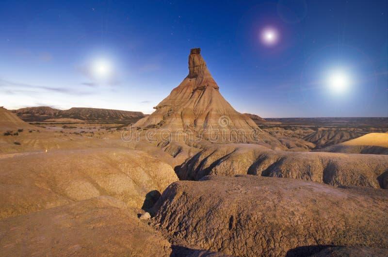 Planète étrangère de la mise sur orbite desertic de surface un système solaire des trois soleils, paysage d'imagination photographie stock