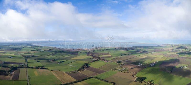 Planícies de Canterbury, Nova Zelândia que mostra o lago Ellesmere e o farmla imagens de stock