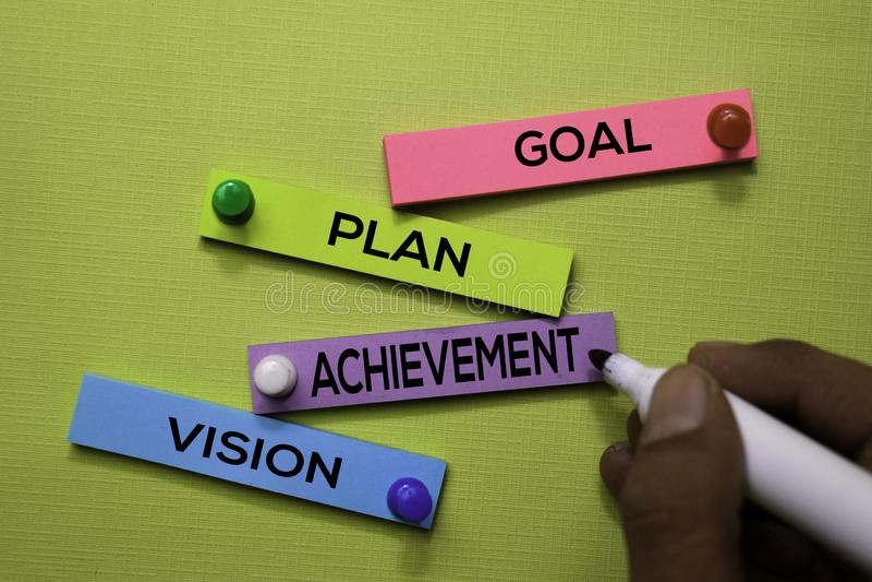 But, plan, Achivement, texte de vision sur les notes collantes d'isolement sur le bureau vert Concept de stratégie de mécanisme images stock