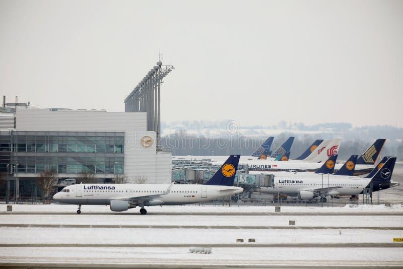 Plan aktivitet för flygplats i den Munich flygplatsen MUC arkivbilder