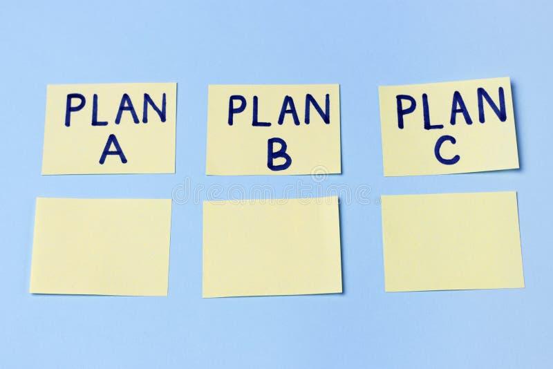 Plan A, Plan B, Plan C auf mehrfarbigen Büroaufklebern Planung, Management, Beschäftigung, Geschäft Konzept der Wahl stockfotografie