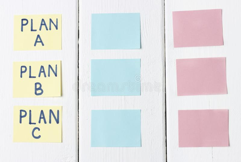 Plan A, plan B, plan C en etiquetas engomadas multicoloras de la oficina Planeamiento, gestión, empleo, negocio Concepto de opció foto de archivo libre de regalías