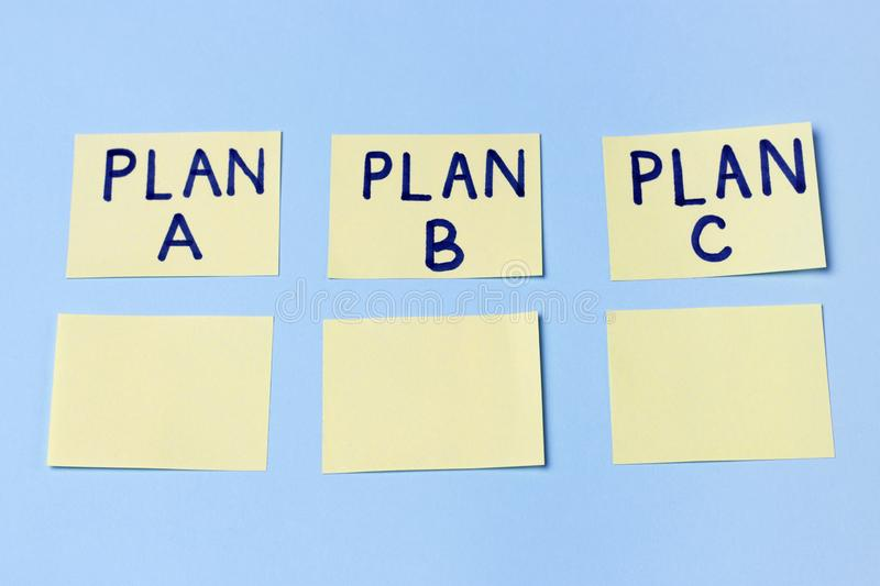 Plan A, Plan B, Plan C op multi-colored bureaustickers Planning, Beheer, Werkgelegenheid, Zaken Concept keus stock fotografie