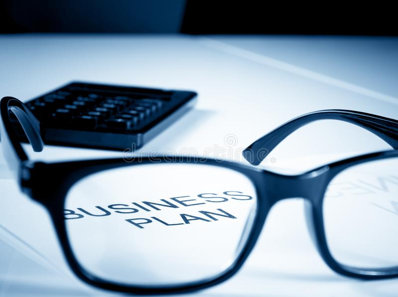 Plan biznesowy formułuje blisko szkieł i kalkulatora, biznesowy pojęcie fotografia stock