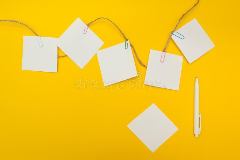 Plan biznesowy, biznesowy pojęcie, opróżnia przestrzeń dla teksta Żółty tło Płaski skład zdjęcia stock