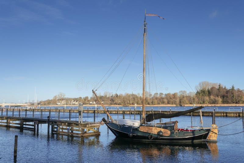 Plan bottnad segelbåt med sideswords royaltyfri fotografi