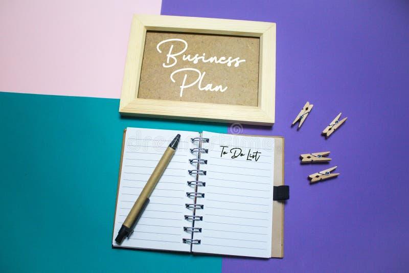 Plan d'action Organisez avec la note et pour faire la liste sur le fond photographie stock