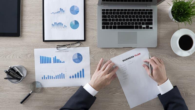 Plan d'action sûr d'écriture d'homme d'affaires, nouvelles idées et stratégie, motivation image libre de droits