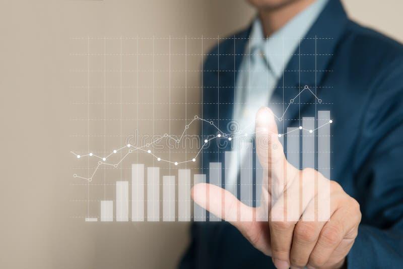 Plan d'entreprise de croissance future de graphe par point d'homme d'affaires images stock