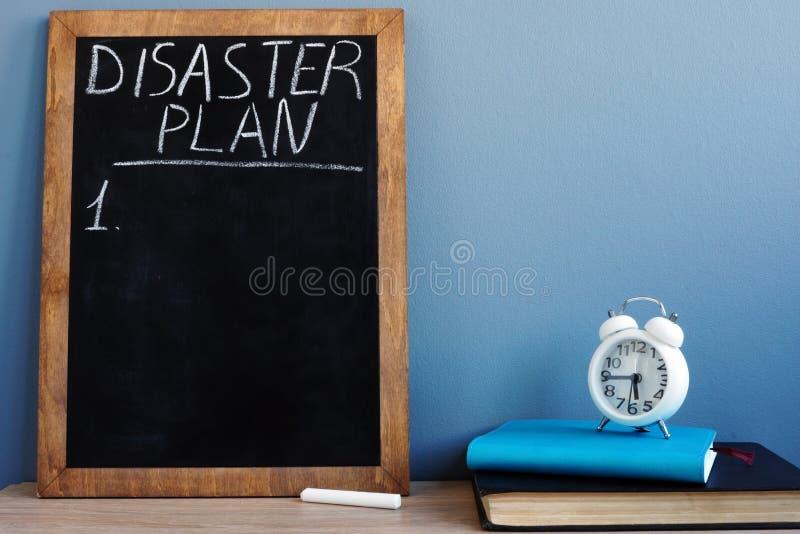 Plan de catastrophe écrit sur un tableau noir et des blocs-notes photos stock