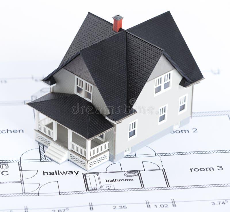 Plan de construction avec le modèle architectural de maison photos libres de droits