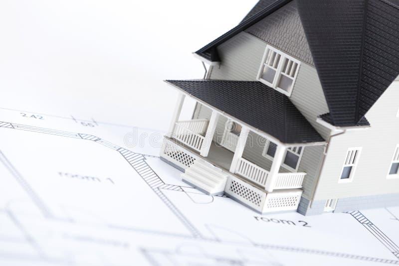 Plan de la construcción con el modelo arquitectónico de la casa imagenes de archivo