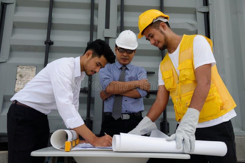 Plan de la construcción de la escritura del equipo del ingeniero en el papel fotografía de archivo