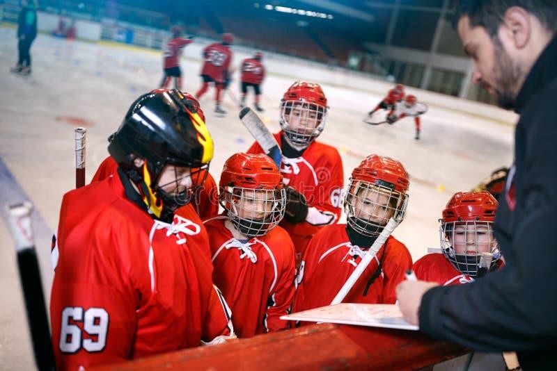 Plan de la estrategia de la formación en partidos del hockey fotos de archivo