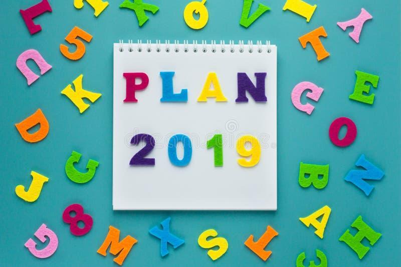 Plan 2019 de la inscripción en fondo azul Hojas de operación (planning) futuras Diseño de la forma de vida Concepto de la estrate imagen de archivo