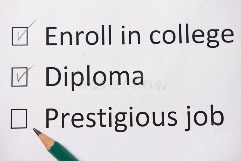 Plan de la vida: vaya a la universidad, consiga el diploma, encuentre el buen trabajo Las palabras se escriben en el Libro Blanco imagen de archivo libre de regalías