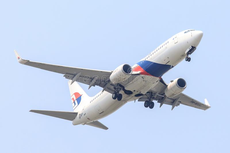 Plan de Malaysia Airlines sur l'atterrissage de ciel à l'aéroport de Suvanabhumi images libres de droits