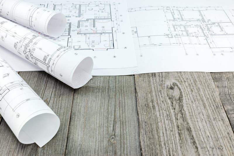 Plan de piso con los modelos arquitectónicos en backgrou de madera gris imagenes de archivo