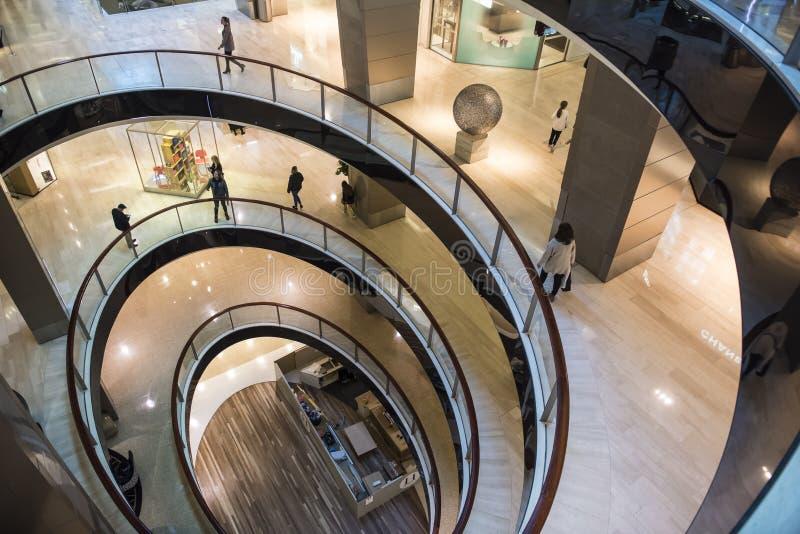 Plan de piso espiral en centro comercial moderno imagenes de archivo
