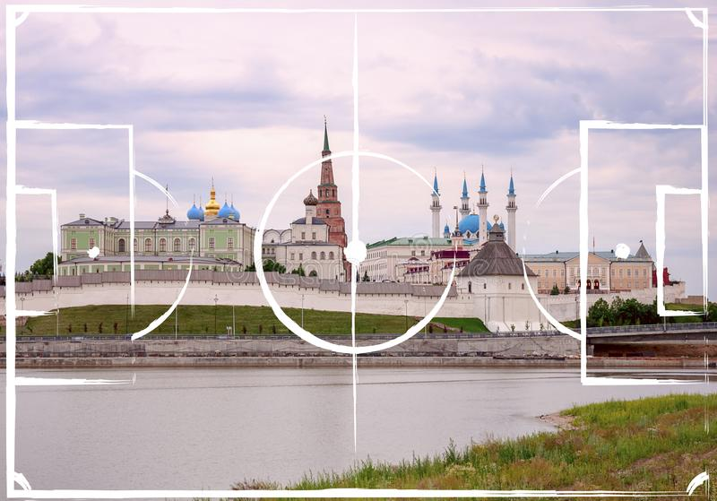Plan de terrain de football sur le fond de Kazan Kremlin photo libre de droits