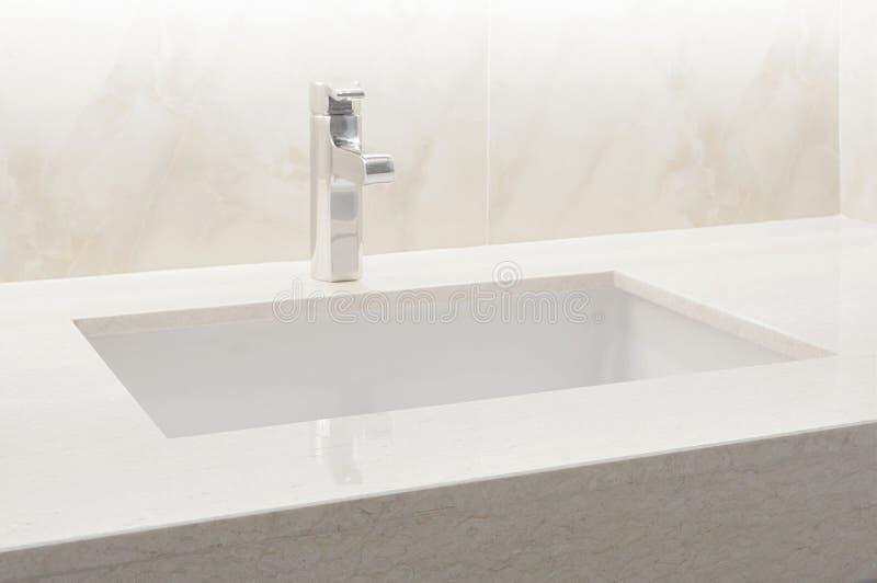 Plan de travail blanc, marbre beige avec le lavabo Conception intérieure en pierre de marbre beige de mur et de plancher de fond  images stock