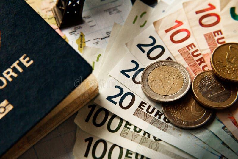 Plan de viaje con el dinero de la torre Eiffel y del euro del pasaporte y un mapa como fondo fotos de archivo libres de regalías