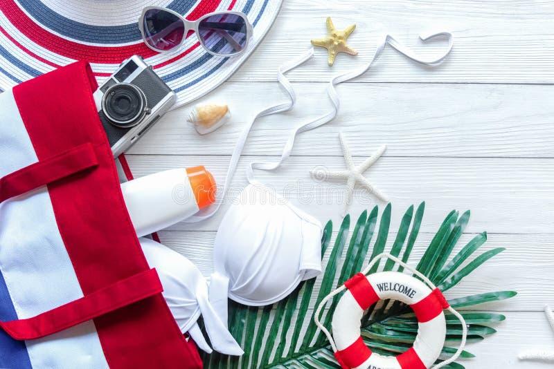 Plan de viaje Vacaciones de verano de planificación de los viajes del viajero en la playa con los accesorios, la cámara retra, el imágenes de archivo libres de regalías