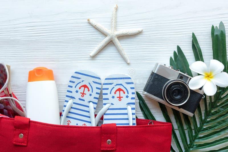 Plan de viaje Vacaciones de verano de planificaci?n de los viajes del viajero en la playa con los accesorios del viajero, c?mara  imagenes de archivo