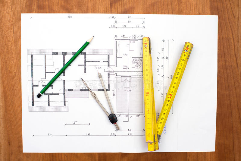 Plan del edificio con el lápiz, el criterio del plegamiento y el compás fotos de archivo libres de regalías