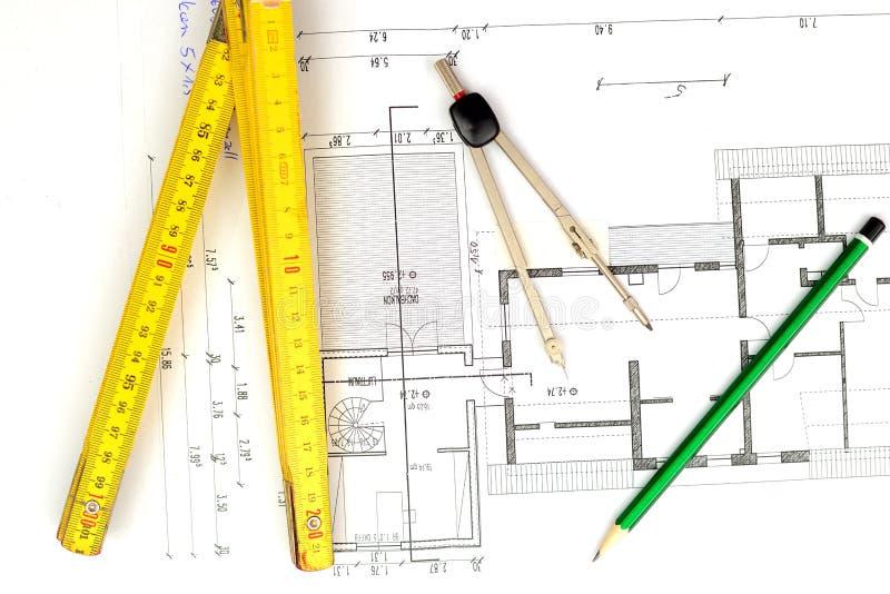 Plan del edificio con el lápiz, el criterio del plegamiento y el compás fotos de archivo