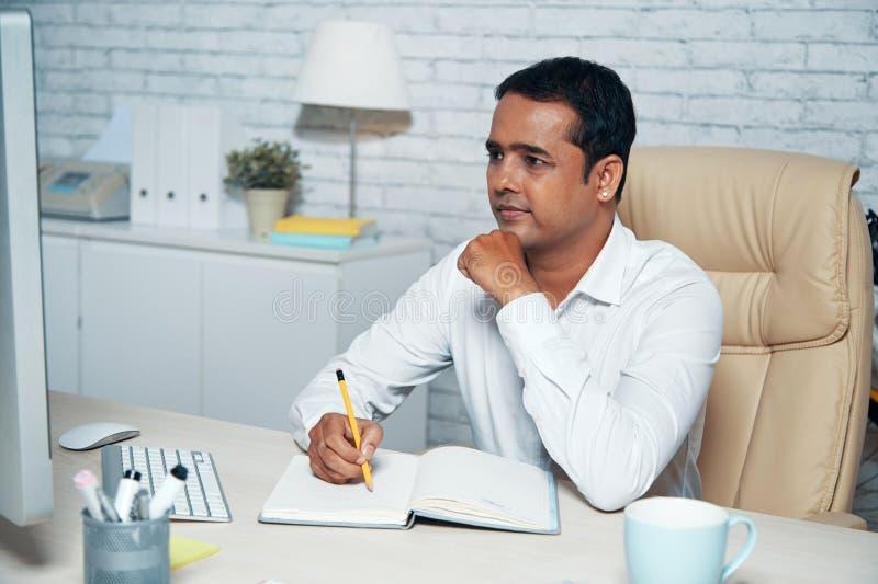 Plan för affär för handstil för kontorsarbetare i notepad fotografering för bildbyråer