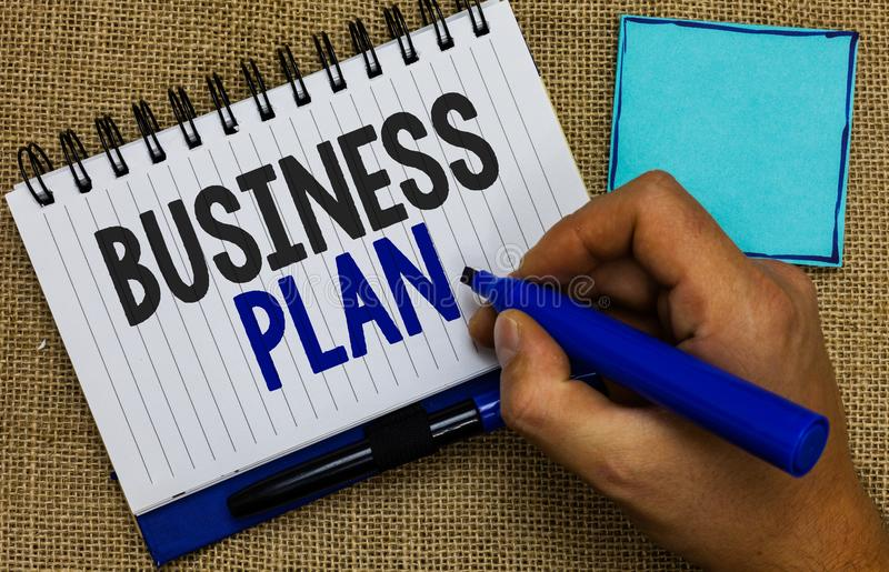 Plan för affär för ordhandstiltext Affärsidéen för strukturella finansiella projektioner för för strategimål och mål Man hållande royaltyfria bilder