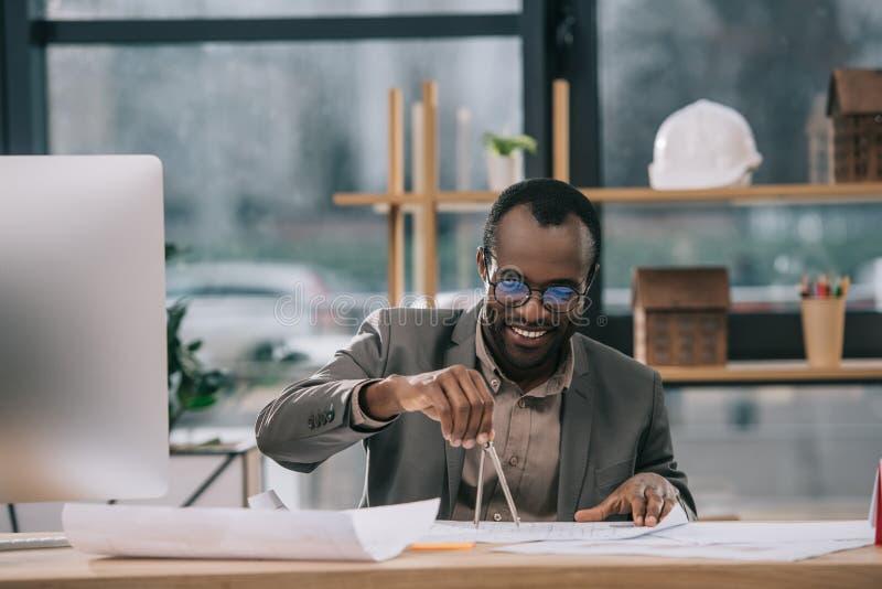 plan för byggnad för afrikansk amerikanarkitektteckning med passare royaltyfria foton