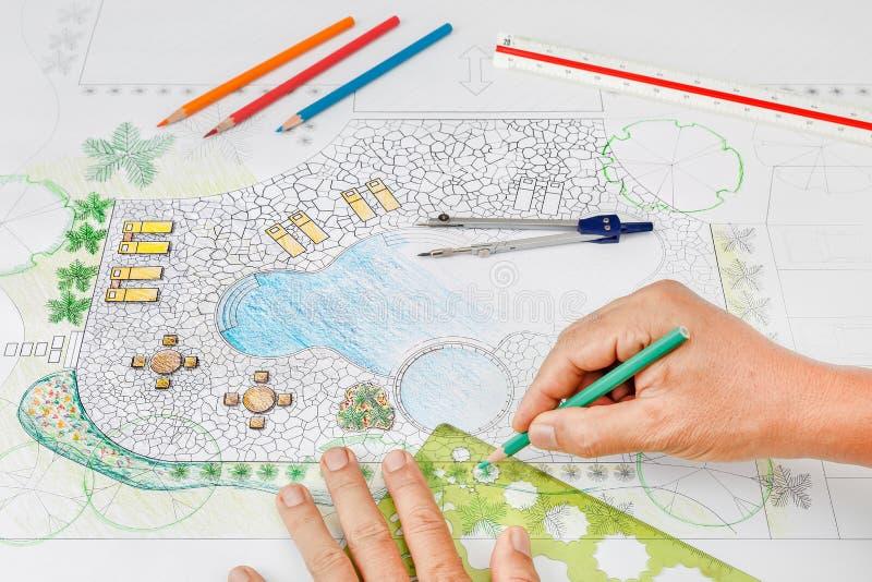 Plan för pöl för landskapsarkitektdesignträdgård royaltyfria bilder