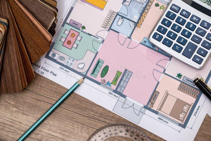 Plan individuel de maison avec les échantillons en bois, crayon image libre de droits