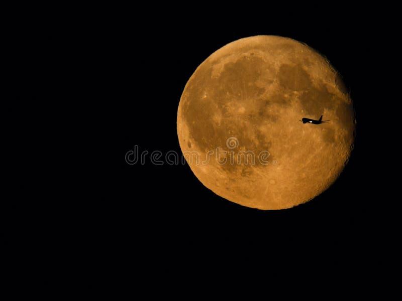 Plan korsning måne royaltyfria foton