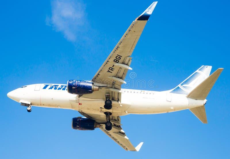 Plan landning för Tarom flygbolag royaltyfri fotografi