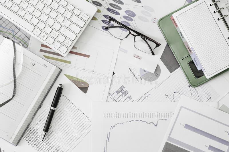 Plan lekmanna- bästa sikt av skrivbordet för kontor för arbetsställe med ögonexponeringsglas, dagboken, organisatören, pennan, af royaltyfria foton
