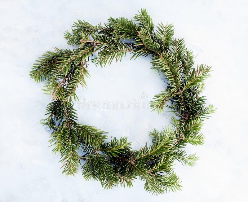 Plan lekmanna- gr?n julkrans f?r b?sta sikt p? ljus bakgrund Traditionellt garneringbegrepp f?r nytt ?r avst?nd arkivfoton