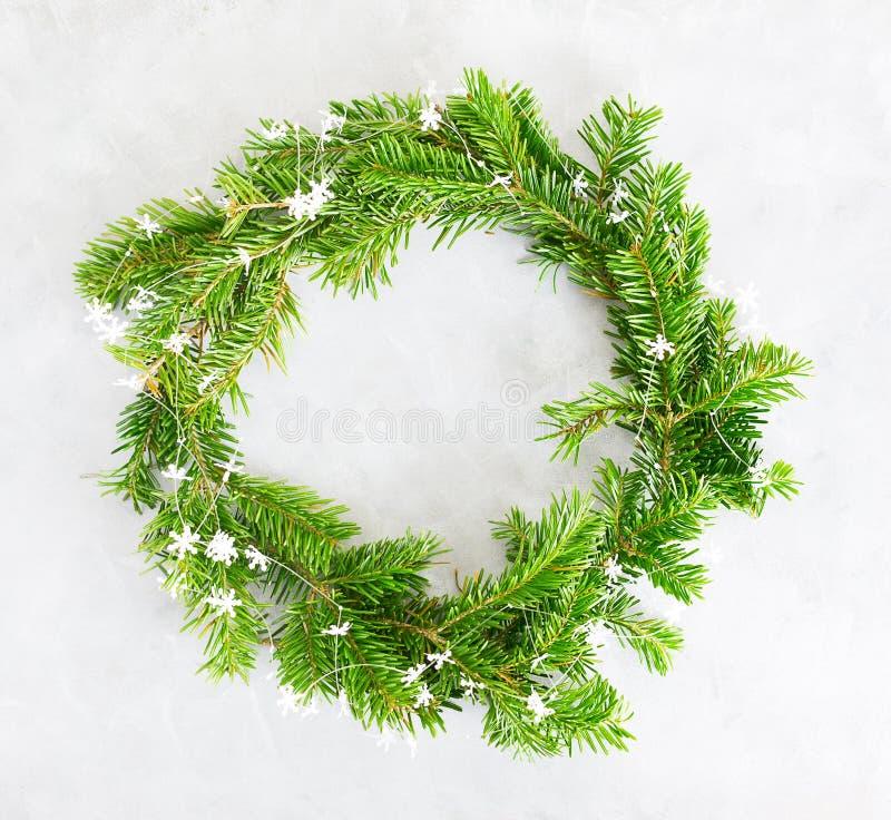 Plan lekmanna- gr?n julkrans f?r b?sta sikt p? ljus bakgrund Traditionellt garneringbegrepp f?r nytt ?r arkivbilder