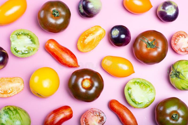 Plan lekmanna- matbakgrund för bästa sikt med det mångfärgade sortimentet av franska nya mogna tomater royaltyfri bild