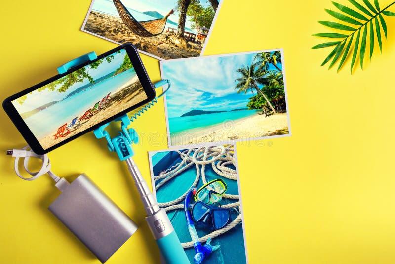 Plan lekmanna- monopod med en smartphone och foto p? en gul bakgrund Sommarloppbegrepp fotografering för bildbyråer