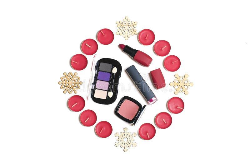 Plan lekmanna- sammansättning med ögonskugga för makeupproduktuppsättningen, rodnaden, läppstift, spikar polermedel, fundament royaltyfri foto