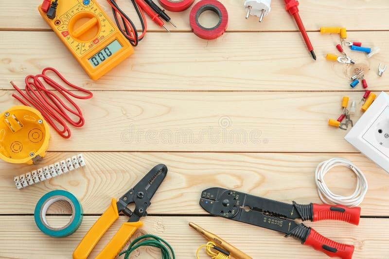 Plan lekmanna- sammansättning med elektriska hjälpmedel på träbakgrund arkivfoto