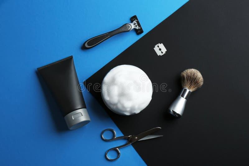 Plan lekmanna- sammansättning med mäns kosmetiska produkter på färgbakgrund arkivfoto