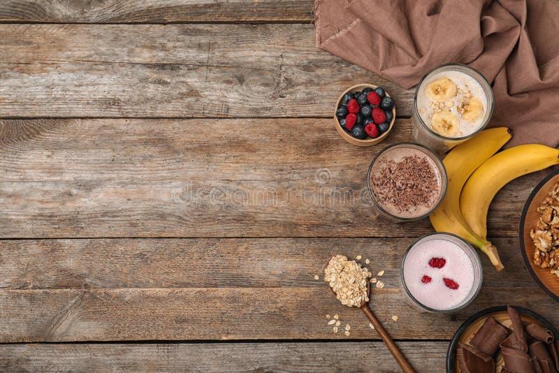 Plan lekmanna- sammansättning med proteinskakor och ingredienser fotografering för bildbyråer