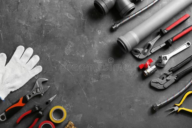 Plan lekmanna- sammansättning med rörmokares hjälpmedel och utrymme för text arkivfoto
