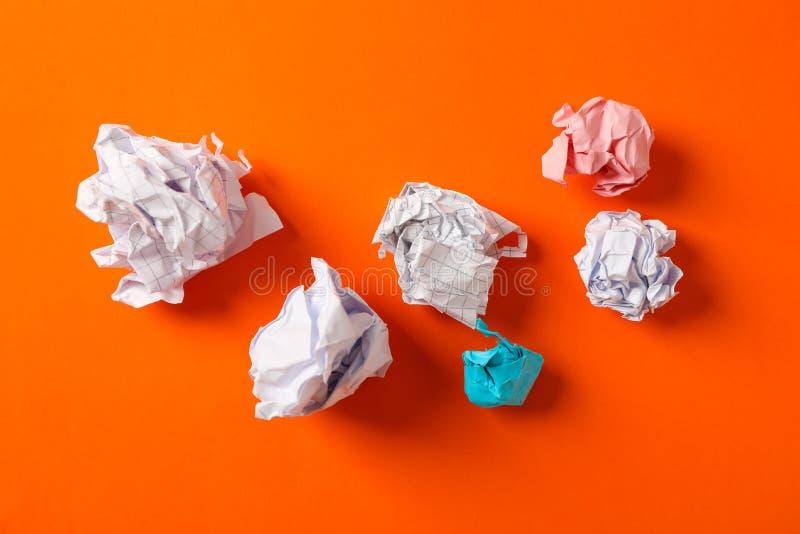 Plan lekmanna- sammansättning med skrynkliga pappers- bollar på färgbakgrund royaltyfri fotografi