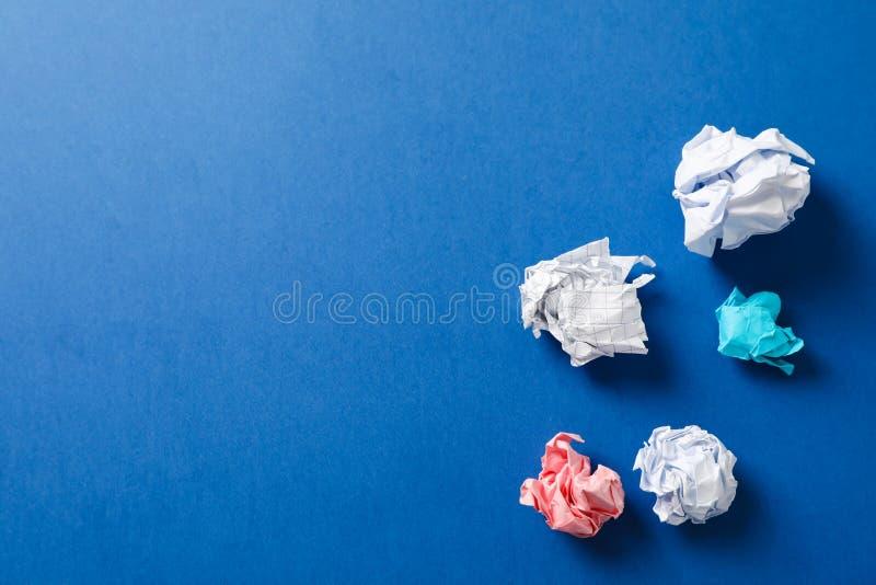Plan lekmanna- sammansättning med skrynkliga pappers- bollar på färgbakgrund royaltyfri foto