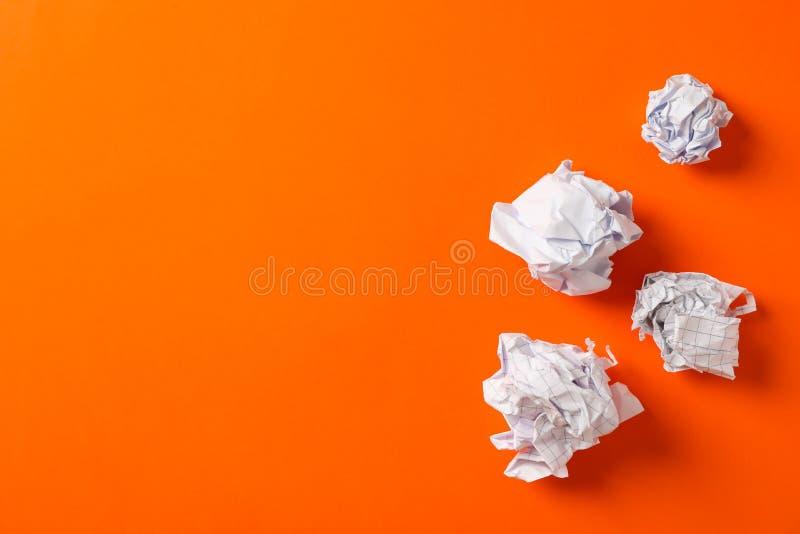 Plan lekmanna- sammansättning med skrynkliga pappers- bollar på färgbakgrund royaltyfria foton